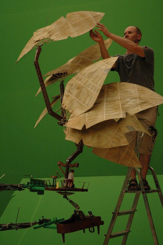 2011年上映的《魔法鋼琴》講兩個小朋友駕駛飛天魔法鋼琴尋親。Tim負責操控鋼琴,要爬梯上上落落調校翼的角度。