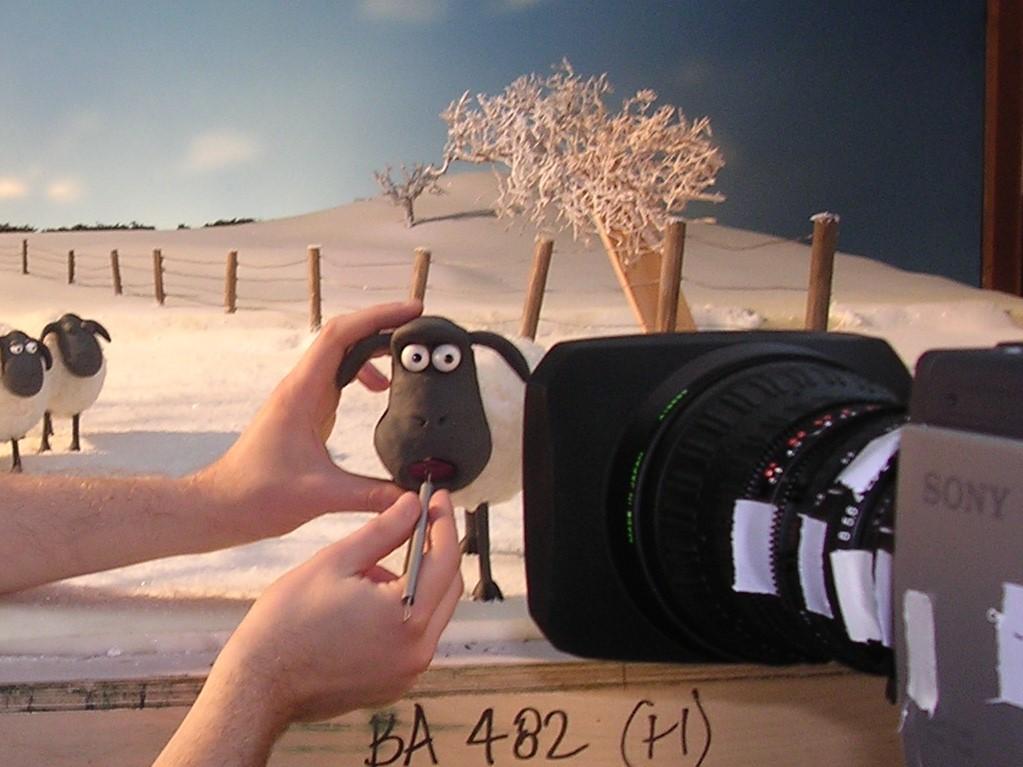 配音員會預先錄好對白,Tim再微調角色的口部機關,逐格對準音節。