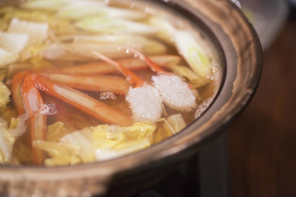 蟹腳如菊球般綻放在木魚湯涮涮鍋裏