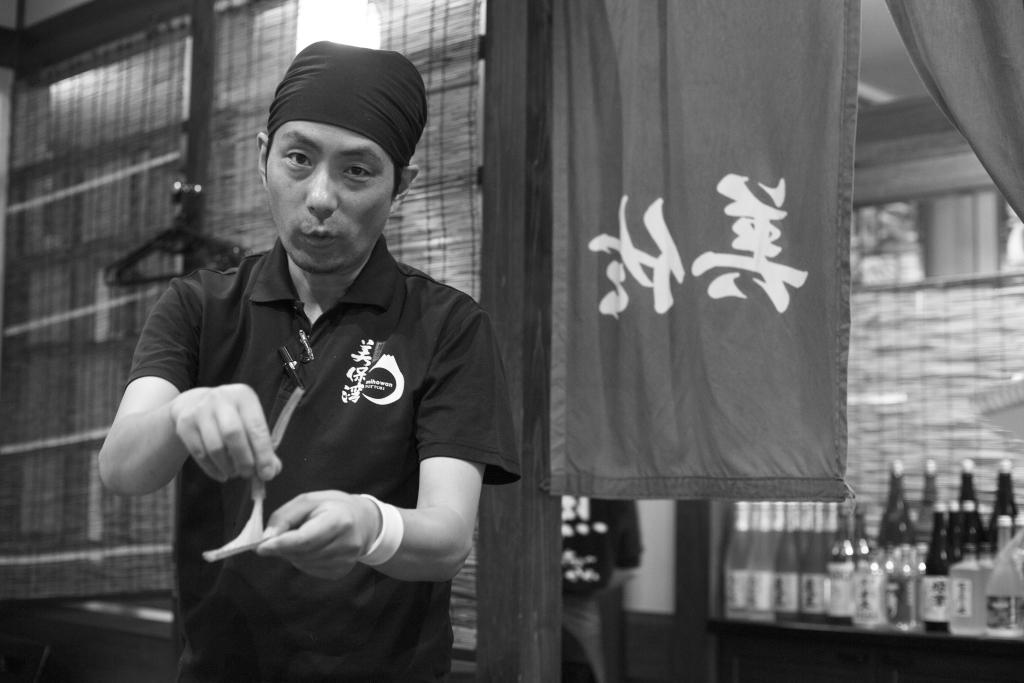 浜野先生是料理店的二代,他長駐於店並不時為到訪境港的遊客解說當地蟹業概況。