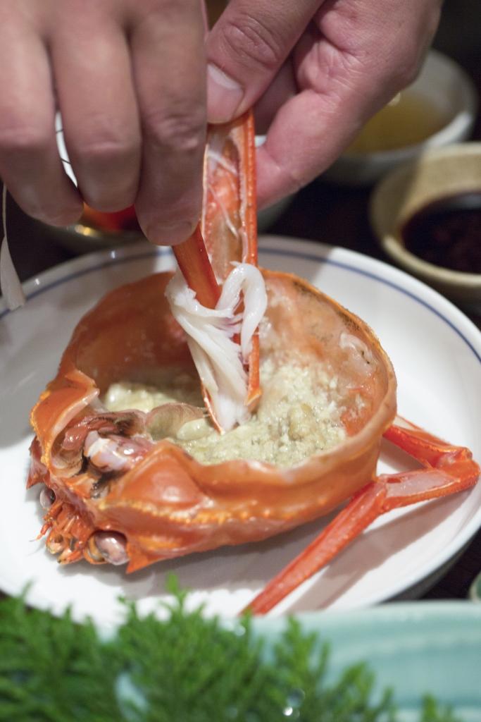 鳥取縣的人喜歡挑出蟹肉,沾上蟹膏味噌而吃。新鮮的蟹腳,肌里是緊緻的。