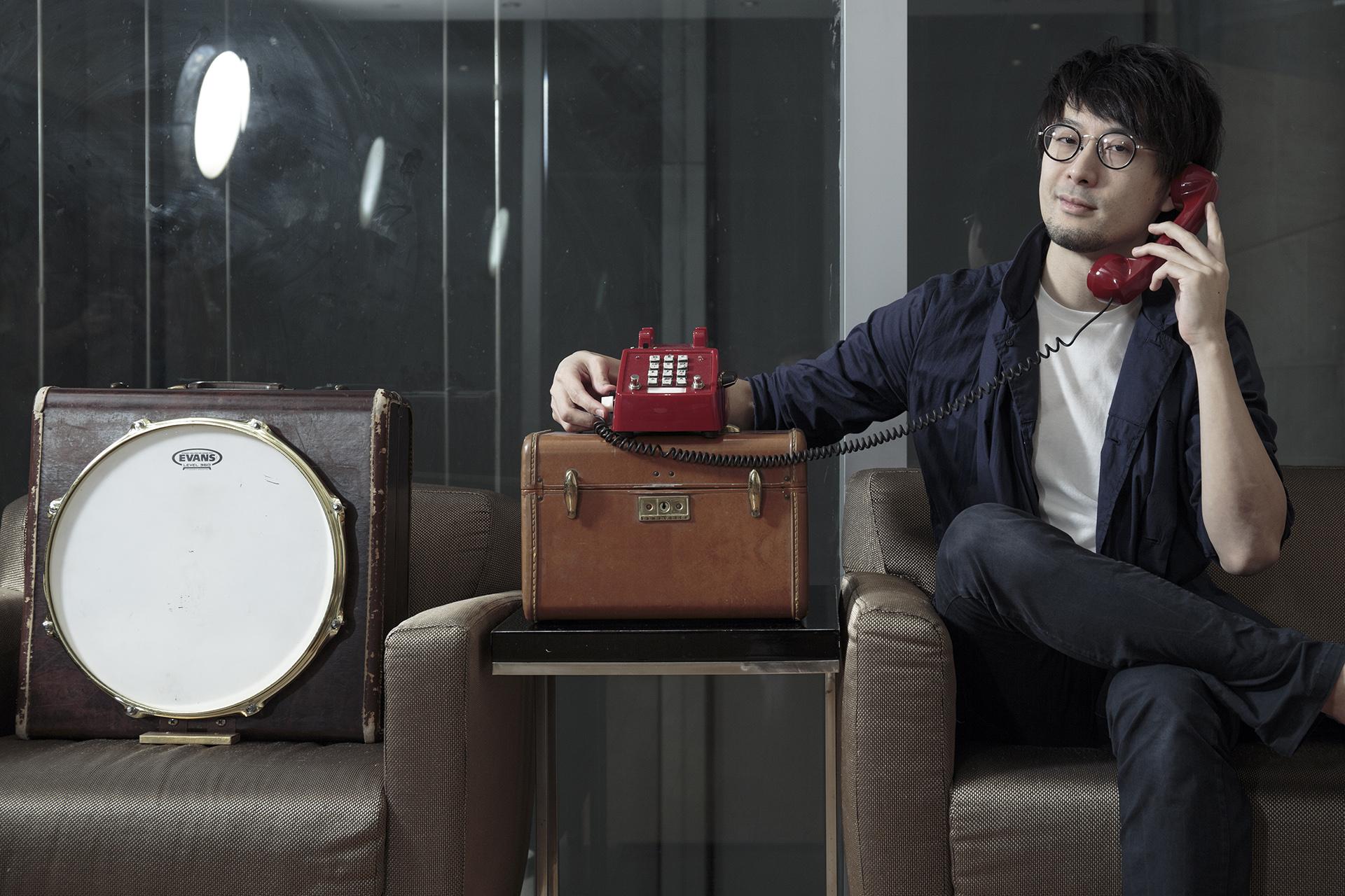 行李箱是鼓、電話筒是咪高峰,黃靖總有辦法設計新的樂器。