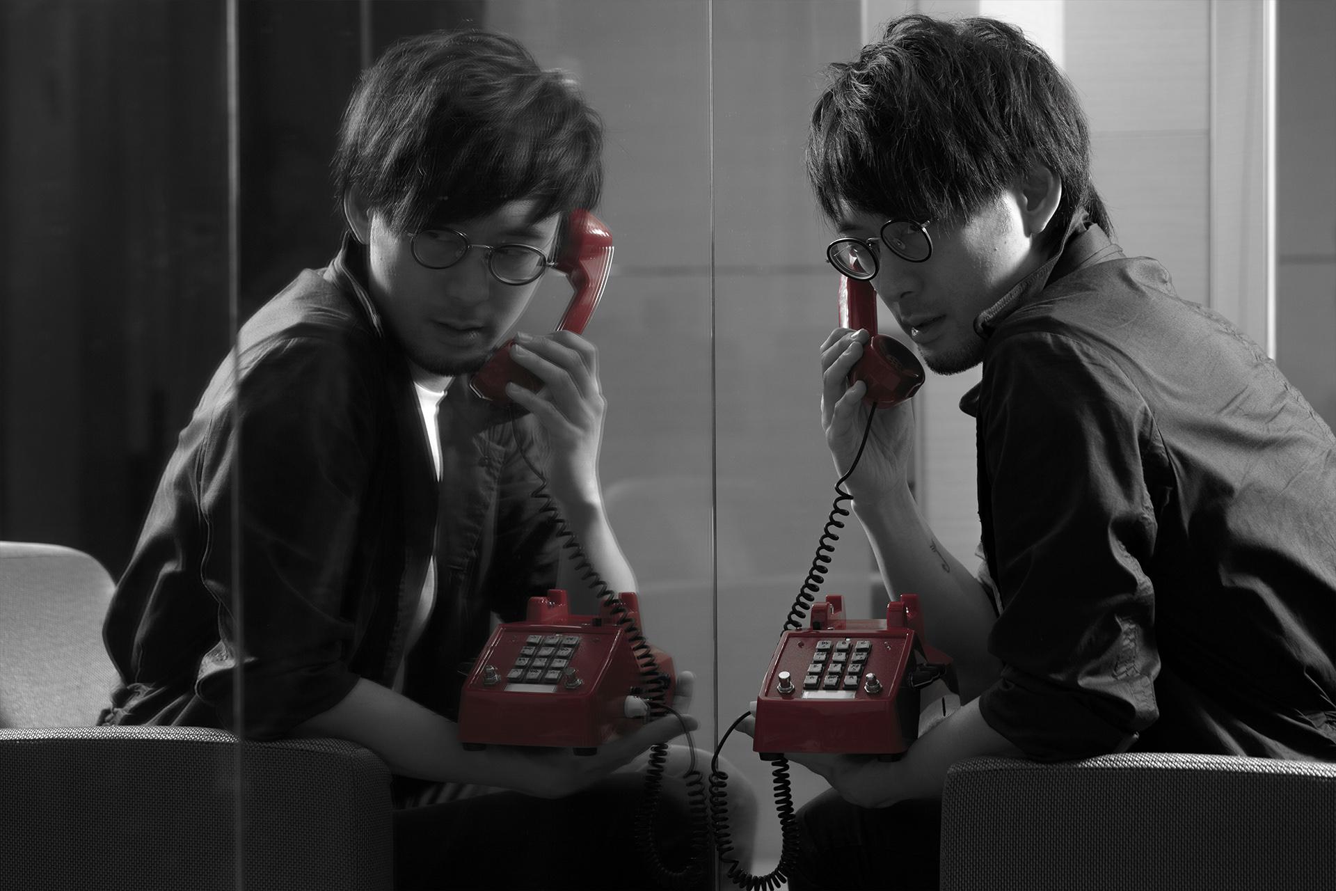 唱作人黃靖在音樂獨腳戲《大愛密探》中,化身愛情偵探。