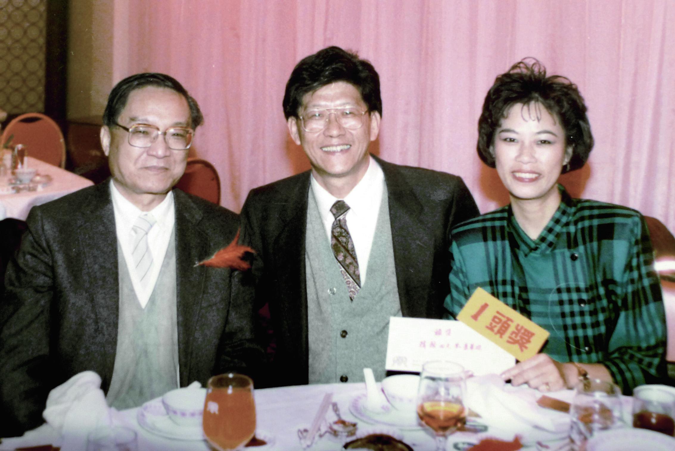 由於性格相近,查良鏞與王世瑜除了上司和下屬的關係,還為通家之好。圖為查氏與王氏伉儷,時為1985年。