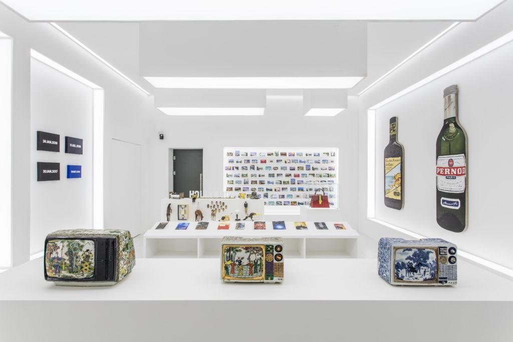 如像《二零零一太空漫遊》的房間,模仿美術館的紀念品店,但其中卻有錯誤的明信片、偽清朝製的瓷器電視等,扭曲了現實。