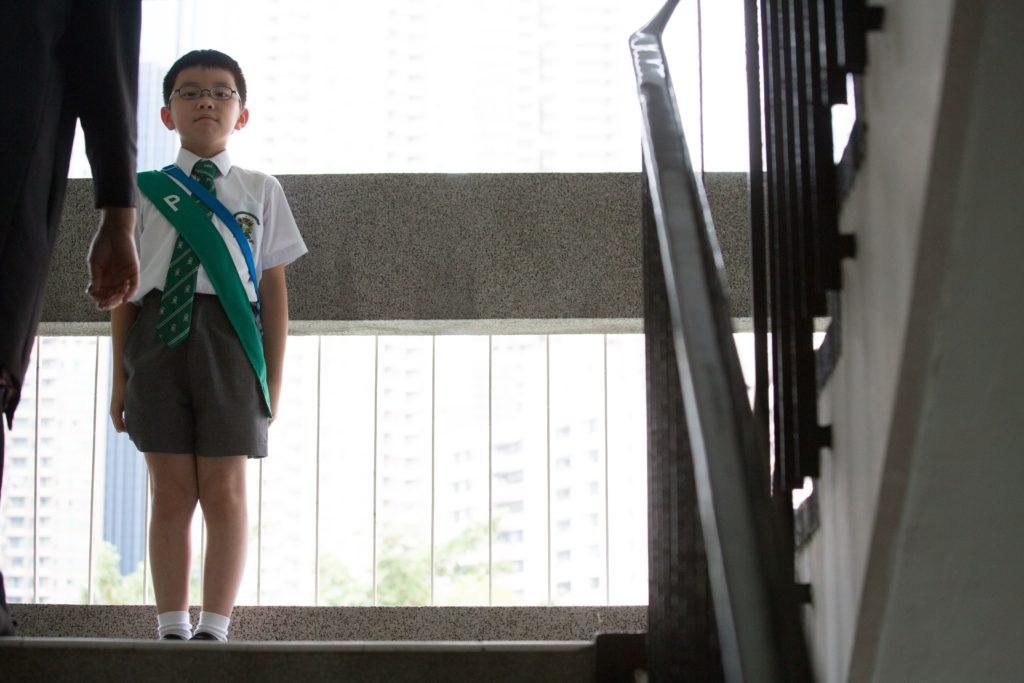 Carl說小學時紀律很鮮明,老師也很嚴厲,學生看見老師會肅然起敬。