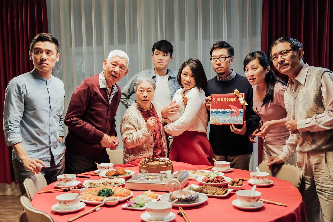 《蝦餃》借蝦餃廣告拍攝找不到嬰兒演員,誇張陳述台灣出生率低及人口老化問題,調子輕鬆惹笑。