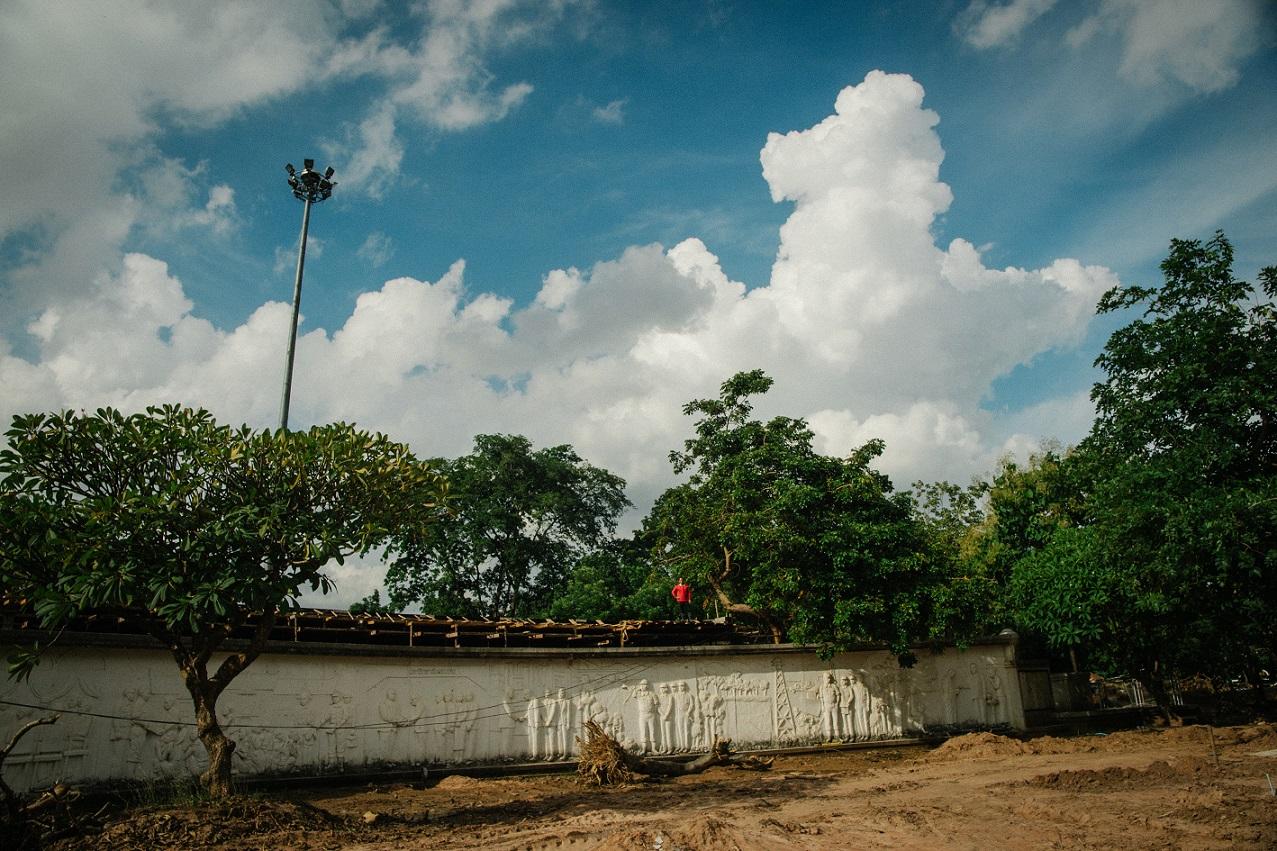 不了解泰國歷史的觀眾對金棕櫚獎導演Apichatpong Weerasethakul執導的《Song of the City》可能會摸不着頭腦。公園內大眾都在談些日常話,但公園雕像及壁畫都與軍政府有關,隱喻人民一直被監視。