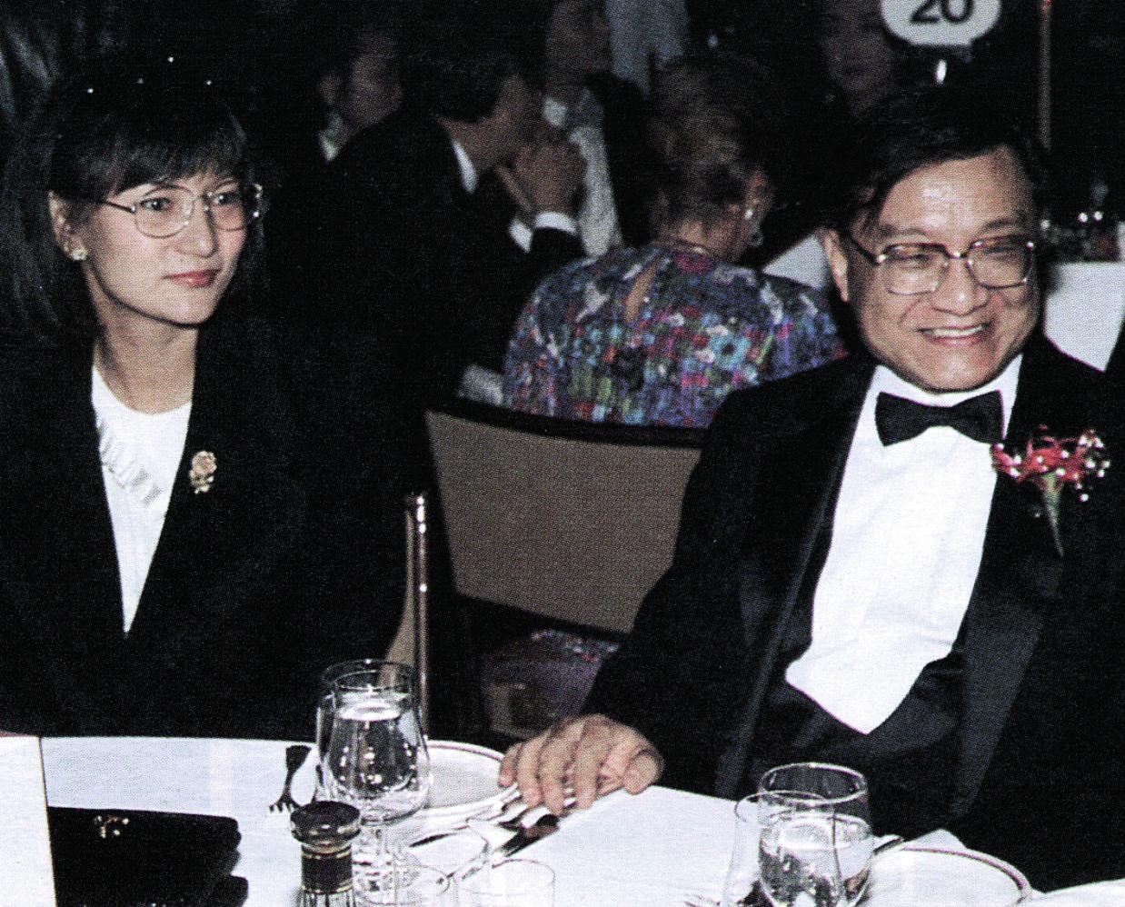 攝於1989年1月1日,金庸為時任明報社長及現任太太林樂怡。 明報