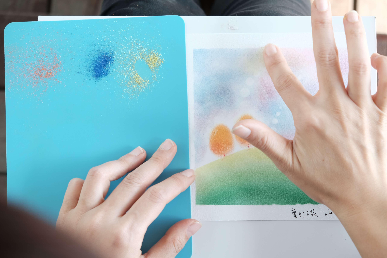 日本和諧粉彩是指繪藝術,多以大自然景物為題,畫面療癒之餘,手指在畫紙上重複擦畫的觸感亦能令心靈得到平靜和諧之感。