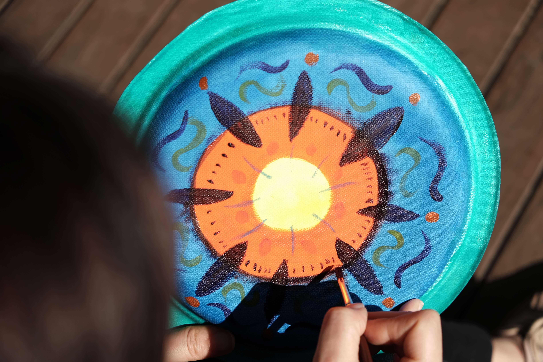 圓圈繪畫(circle painting)源自美國,是一種以繪畫圓形為主題的團體藝術創作,參加者輪流在作品上注入繽紛的色彩和圖案作修飾。