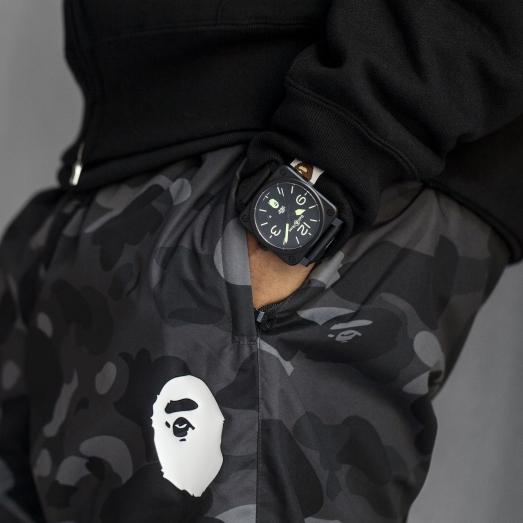 Bell & Ross BR03-92 25th Anniversary($34,000) 承多元理念,是次合作亦由BAPE邀請,作為慶祝品牌成立二十五周年紀念,42mm黑色啞光陶瓷腕錶具兩款選擇,包括限量廿五枚的黑面及限量一百枚的迷彩色錶面,同樣搭載BR-CAL.302自動機芯,能防水100米,各附兩條錶帶。