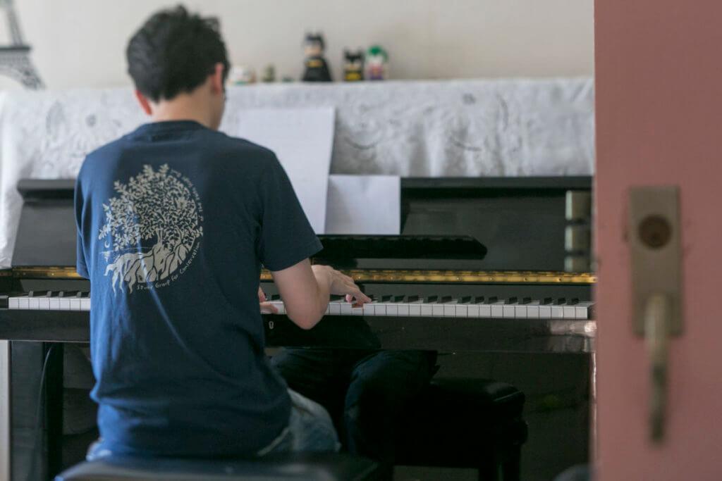 阿風日漸明白,爸爸和自己都感到孤單,只不過自己可以靠音樂, 而父親靠賭博來面對。