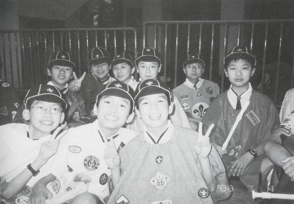 (上左一)Alfred小學時參加了不少活動,包括童軍、足球及合唱團。(受訪者提供)