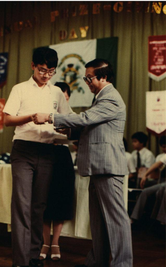 盧煜明說從前他是上台領獎的一個,今天回來角色對調,以嘉賓身分負責頒獎給學生。(受訪者提供)