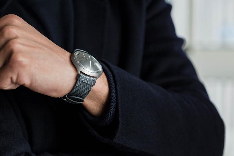 除了以奢侈為實的智能錶之外,刻下亦有不少品牌會利用高頻電波來達到自動上鍊功能,唯大多數均為全電子(石英機芯),Ressence卻是第一個保留機械制式的品牌。