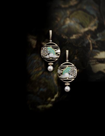配鑲養殖珍珠、珠貝母及鑽石的作品,以極少見的彩藍綠飾漆點綴,建構出彩雲景象。(個別定價)