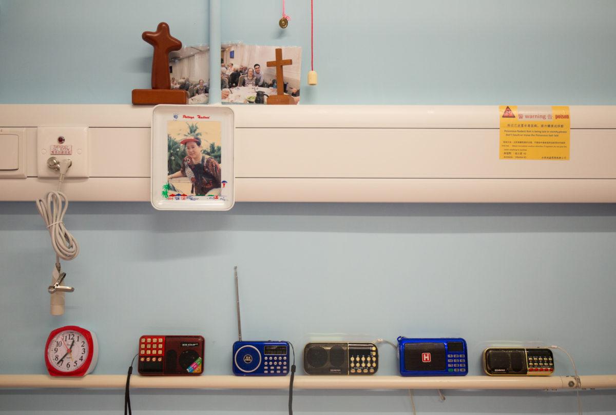 水婆婆床邊的收音機各司其職。