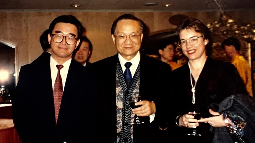 金鐘(左)與金庸在1995年合照。