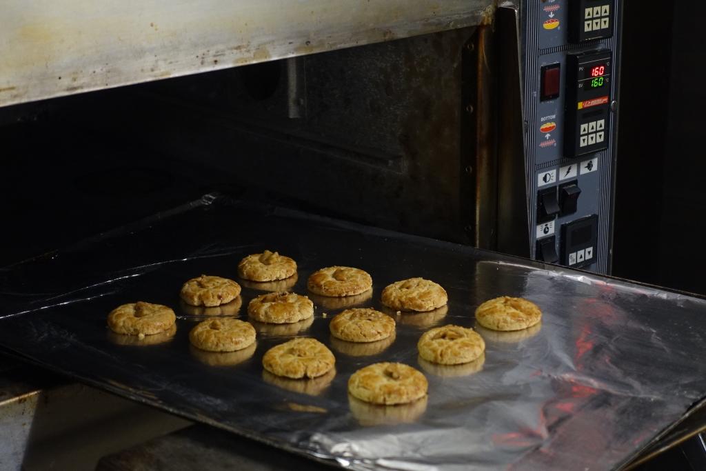 不少傳統中菜館喜以合桃酥作為餐尾甜品。像港麗酒店的金葉庭,他們的合桃酥(國內稱為桃酥)是點心部自家出品,每天少量新鮮出爐;餅身非常鬆化,油香蛋香撲鼻。