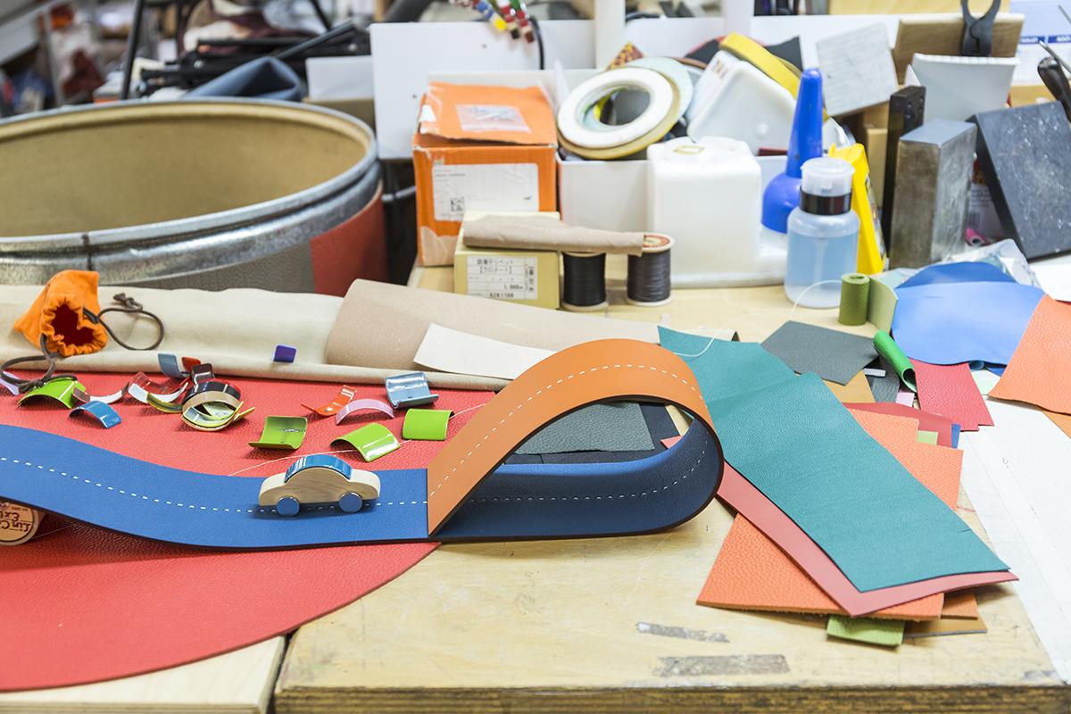 皮包的金屬扣竟可以變成木玩具車頂,而被裁剪剩下的皮革就能變成路軌,創意沒有邊界。