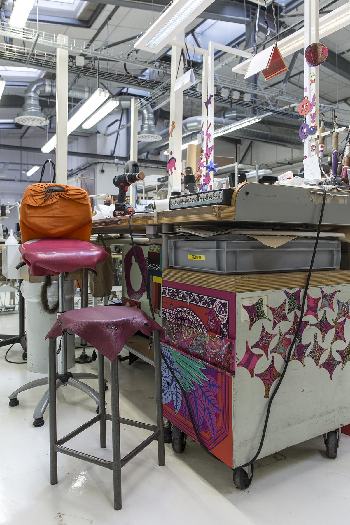 工匠們惜物精神從其工作桌便能看得出來,剩餘皮料被用作椅面,絲巾料則鋪在櫃面作裝飾。