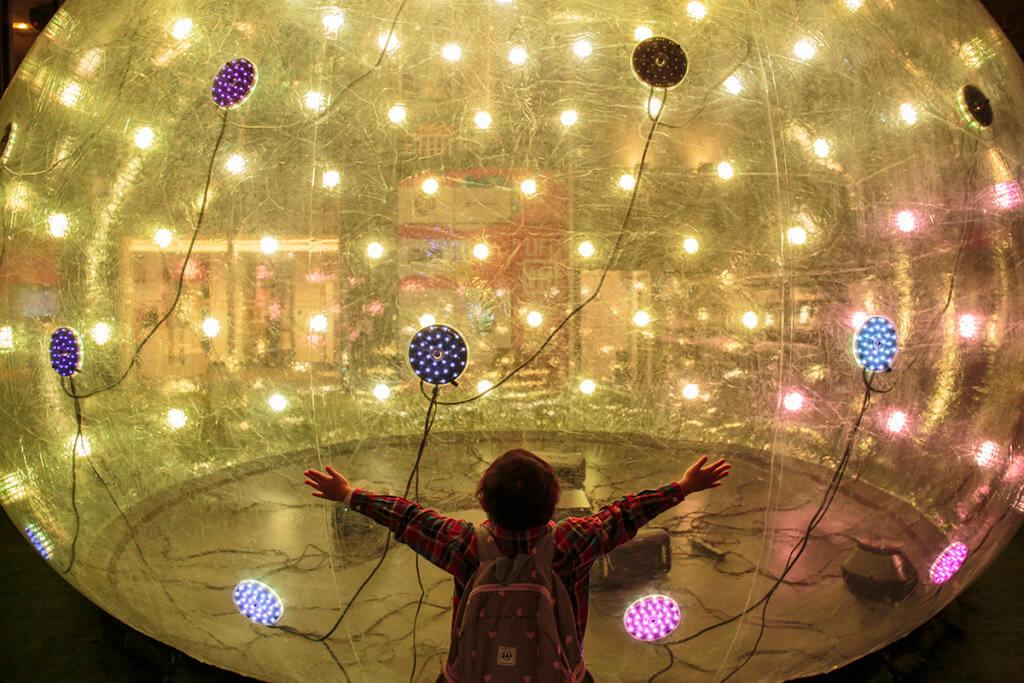 小孩子被巨型泡泡震撼了。