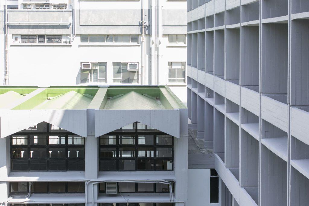 聖若瑟小學其中一個建築特點,禮堂是採用摺疊式風格的三角頂,青綠色的屋頂在灰白的校園顯得格外醒目。