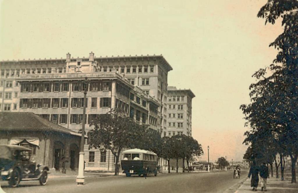 1927至28年間從現時天星 碼頭望向梳士巴利道,前景 是九龍消防局(今天1881位 置)和香港基督教青年會。