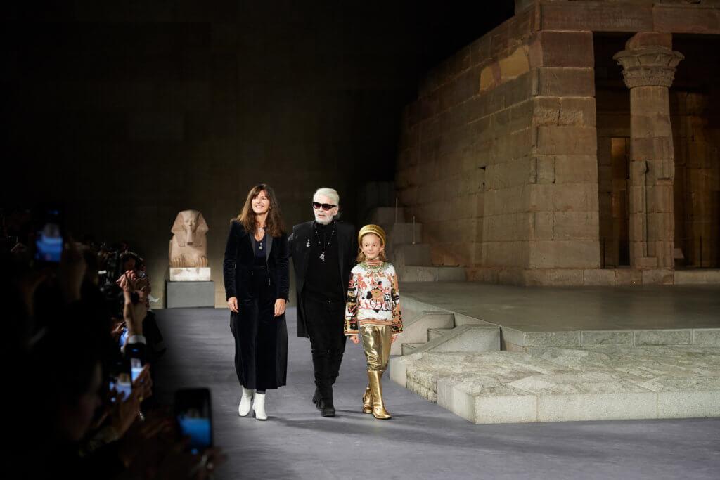最近兩季Karl的謝幕,除了他常帶着的Hudson Kroenig小朋友外,還有Chanel的fashion studio director Virginie Viard。