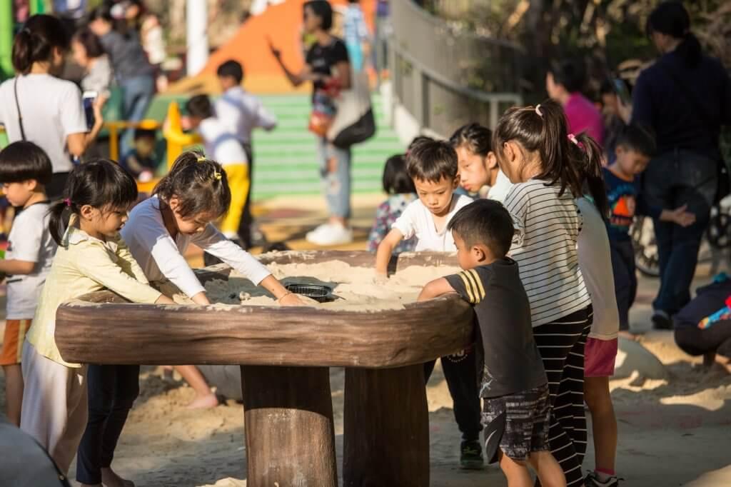 「沙枱」讓坐輪椅的小朋友都能玩沙。沙中有「化石」,增加玩味,其他小朋友都會被吸引一同玩耍,達致共融。
