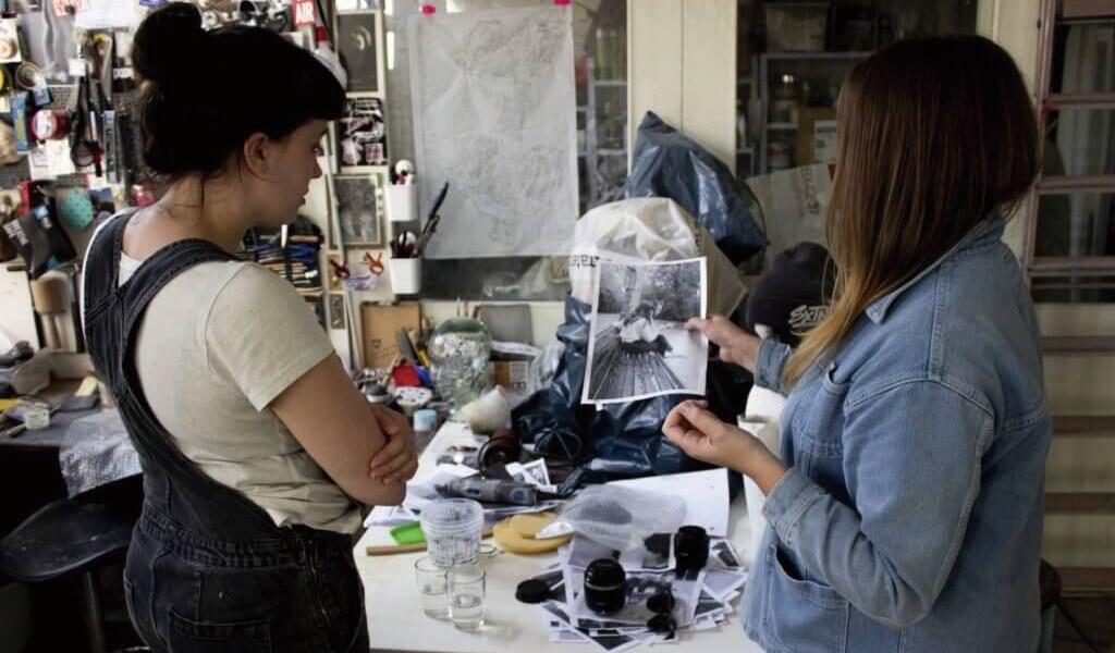 Gali在Instagram中找到藝術家Karoline Hinz的雕塑,因此決定邀請她參與是次創作企劃。