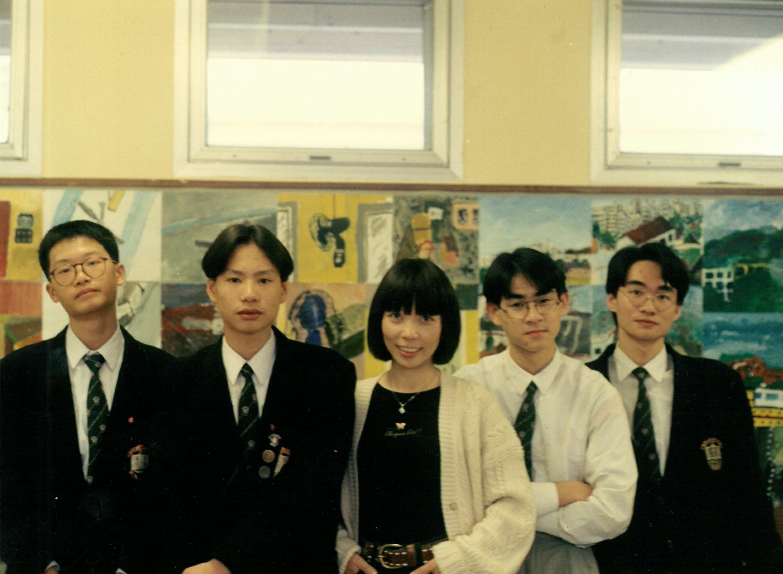 葉秀賢老師(中)除了教授學生美術,還會鼓勵他們讀文學、哲學與看前衞劇場,是不少「英華仔」藝術路上的啟蒙老師。(受訪者提供)