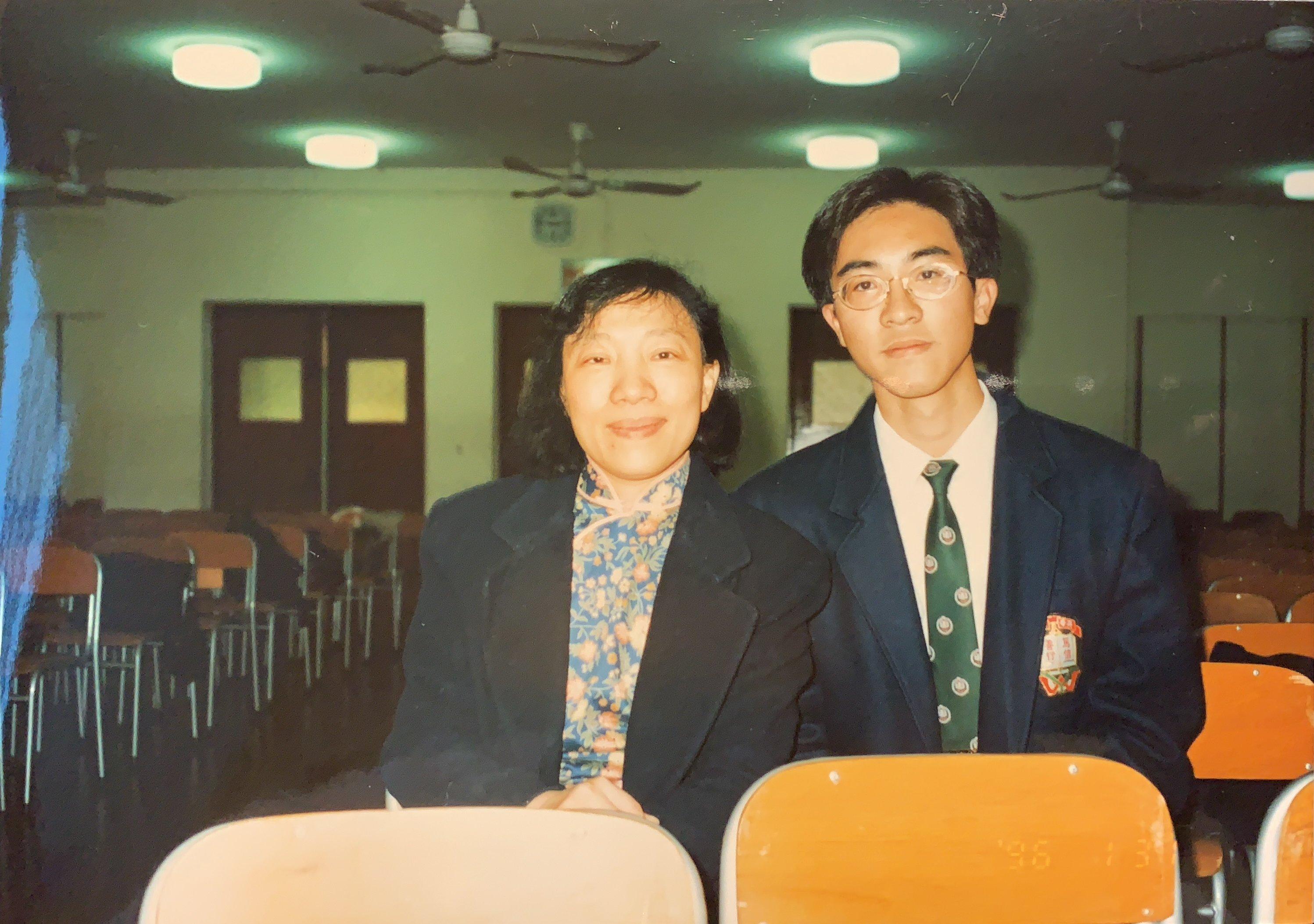 鄭佩華老師當年是學生報《火炬》的首席顧問老師,也是徐緣的中文科恩師。(受訪者提供)