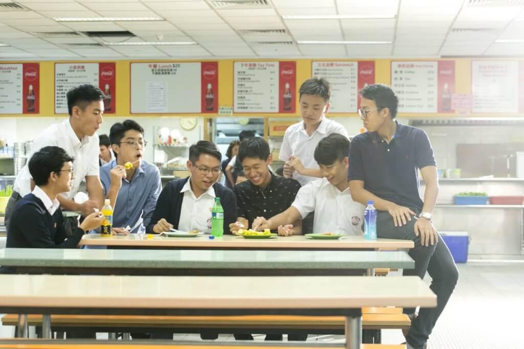 英華不少學生從初中時就開始接觸義工服務,Hugo(右上二)、Anson(左下一)及Michael(右下二)今年就到了柬埔寨建設校舍。