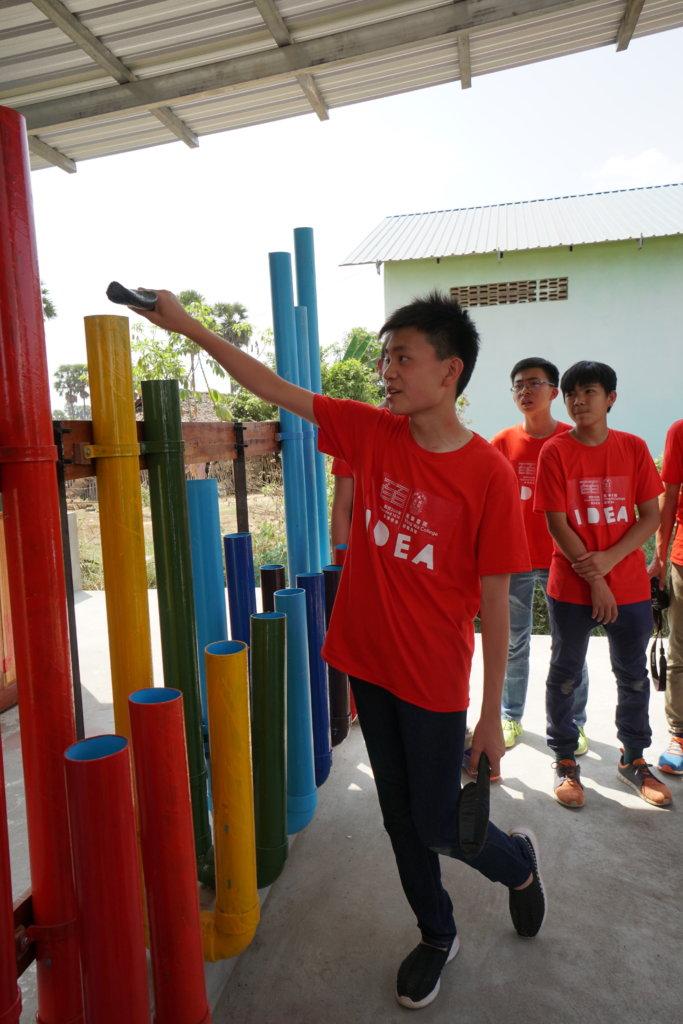 學生會以音樂管教當地小朋友簡單音階,讓他們可以隨時享受音樂的樂趣。