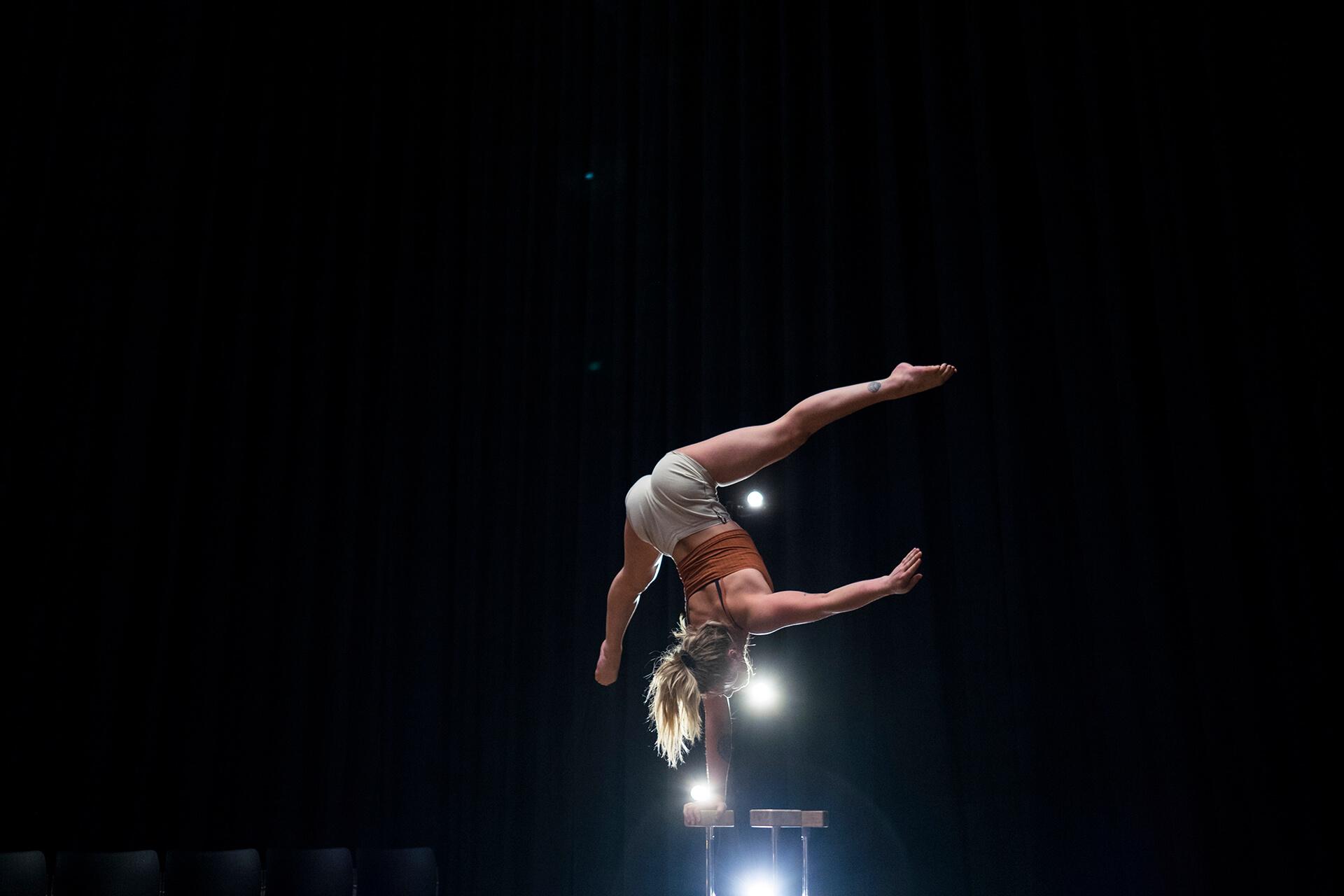 澳洲雜技團體Gravity & Other Myths的成員剛從歐洲完成表演,便立即到港準備演出,綵排的時候也一直努力練習!