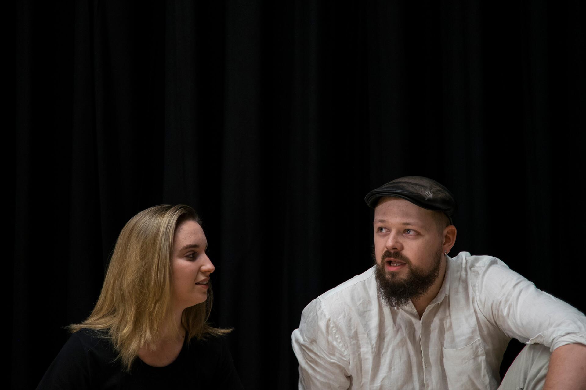 (左)Ashleigh Pearce與(右)Simon McClure是雜技團的成員。