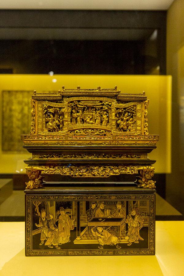 祭祀時,把饌盒置於盒蓋上,再放上供品。盒蓋上以描金漆畫繪成的《鴻門宴》故事,與神功戲一樣,都有祀神娛人的作用就完整了。