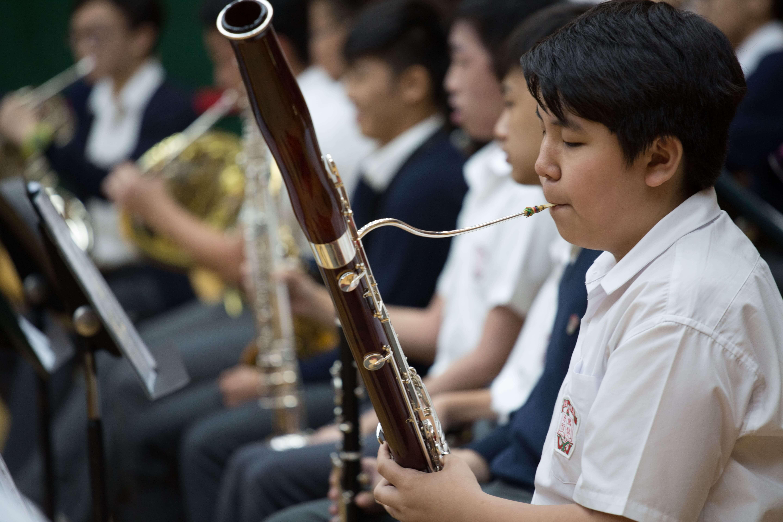 劉小康指要不是他在中學有機會學樂器,長大後未必會認真細聽中西樂演奏會,音樂演奏會都成為了他創作的重要養分。(劉玉梅攝)