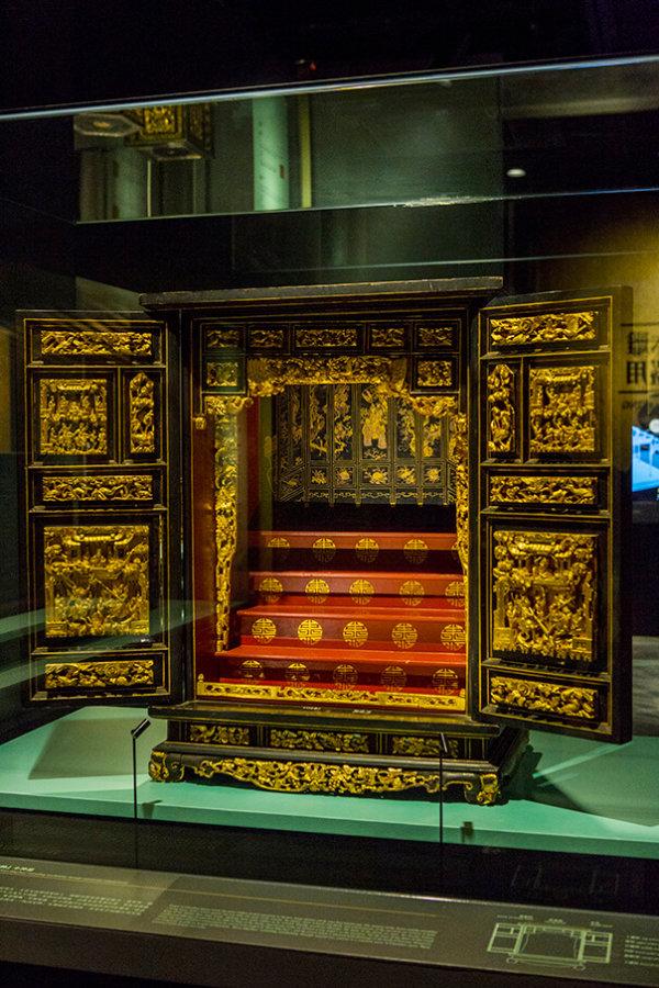 廣東省博物館館長魏峻博士特別推薦這個清代的金漆木雕「比武定帥」小神龕,其上的雕刻鬼斧神工。