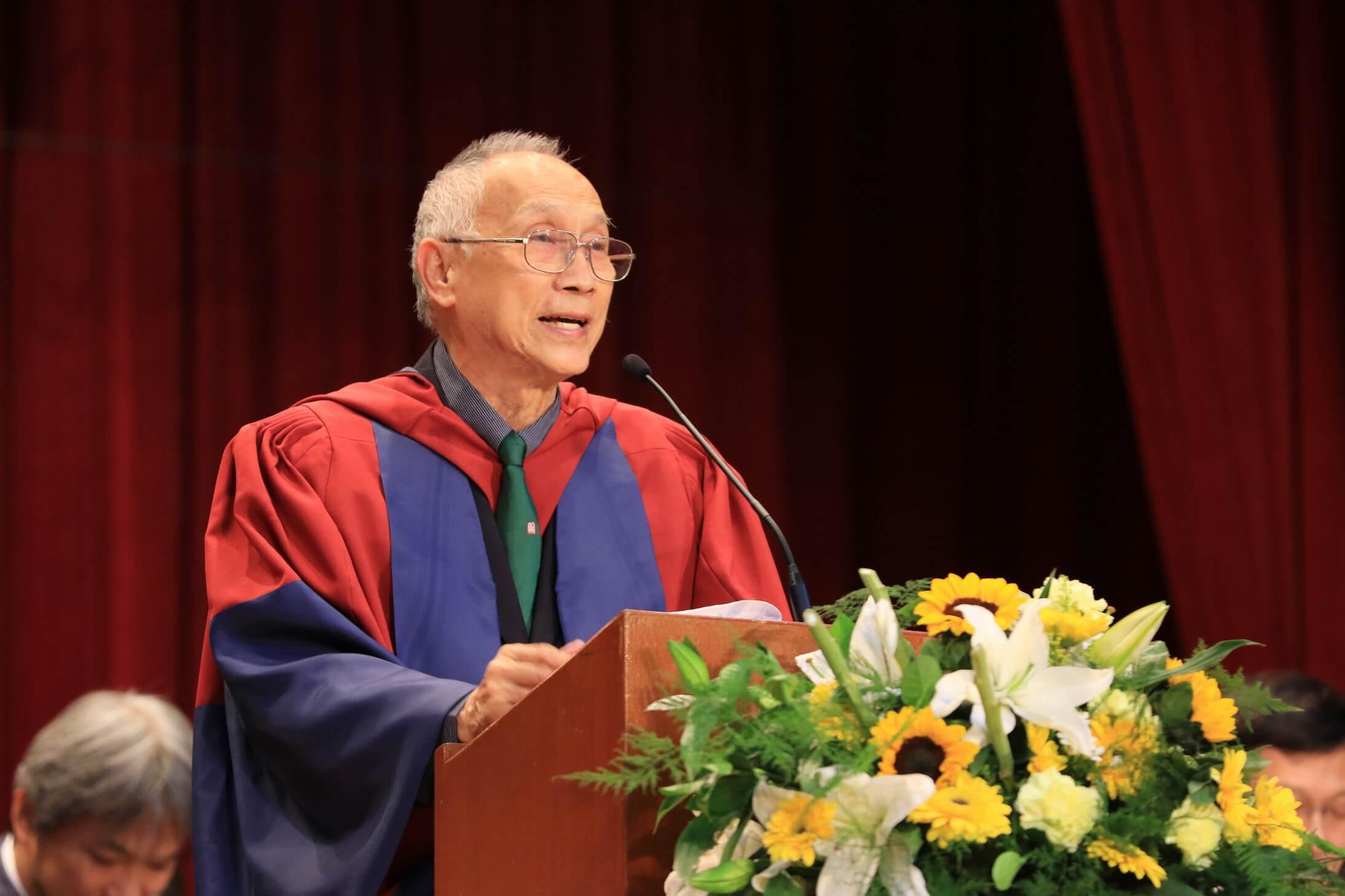 陳耀南老師很有學養, 對駢文甚有研究,梁錦 松更指他影響了他們整 代人。(受訪者提供)
