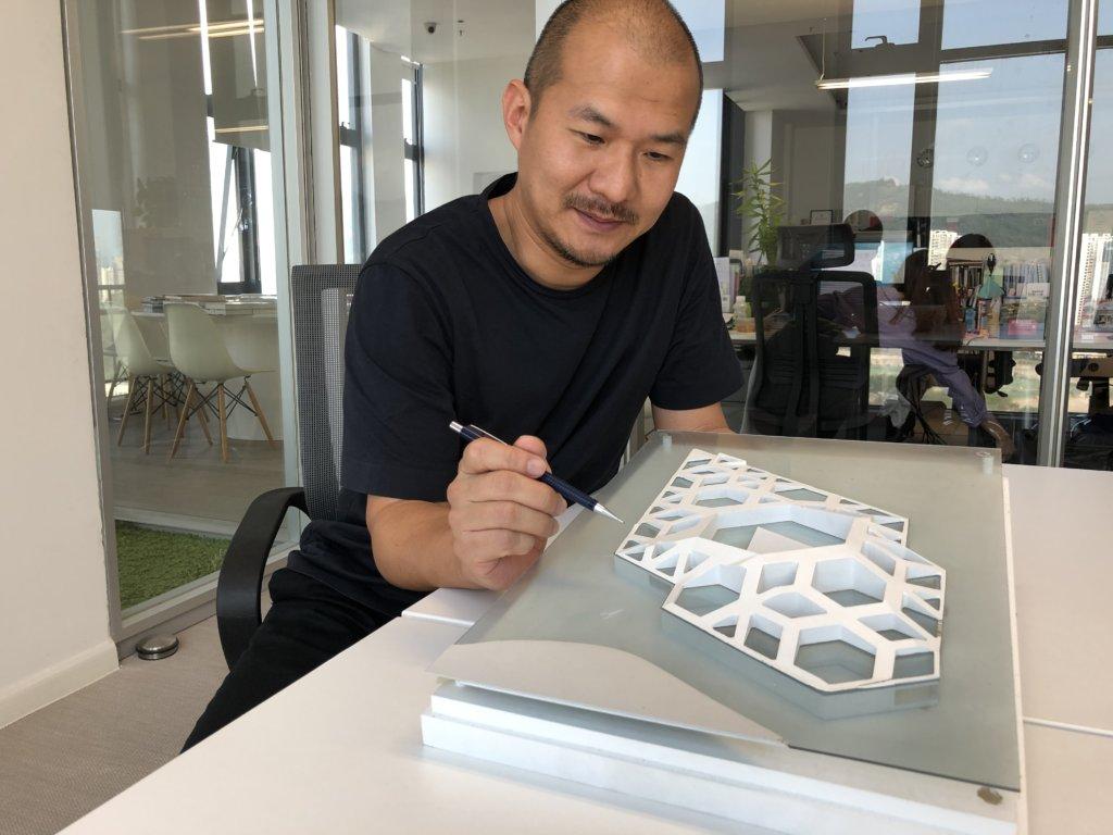 范鐵1998年畢業於華南理工大學建築系後,獲獎學金到蘇格蘭攻讀「可持續建築設計」碩士。2003年加入Norman Foster建築事務所後,主力負責北京首都機場項目。2014年加入ATD。