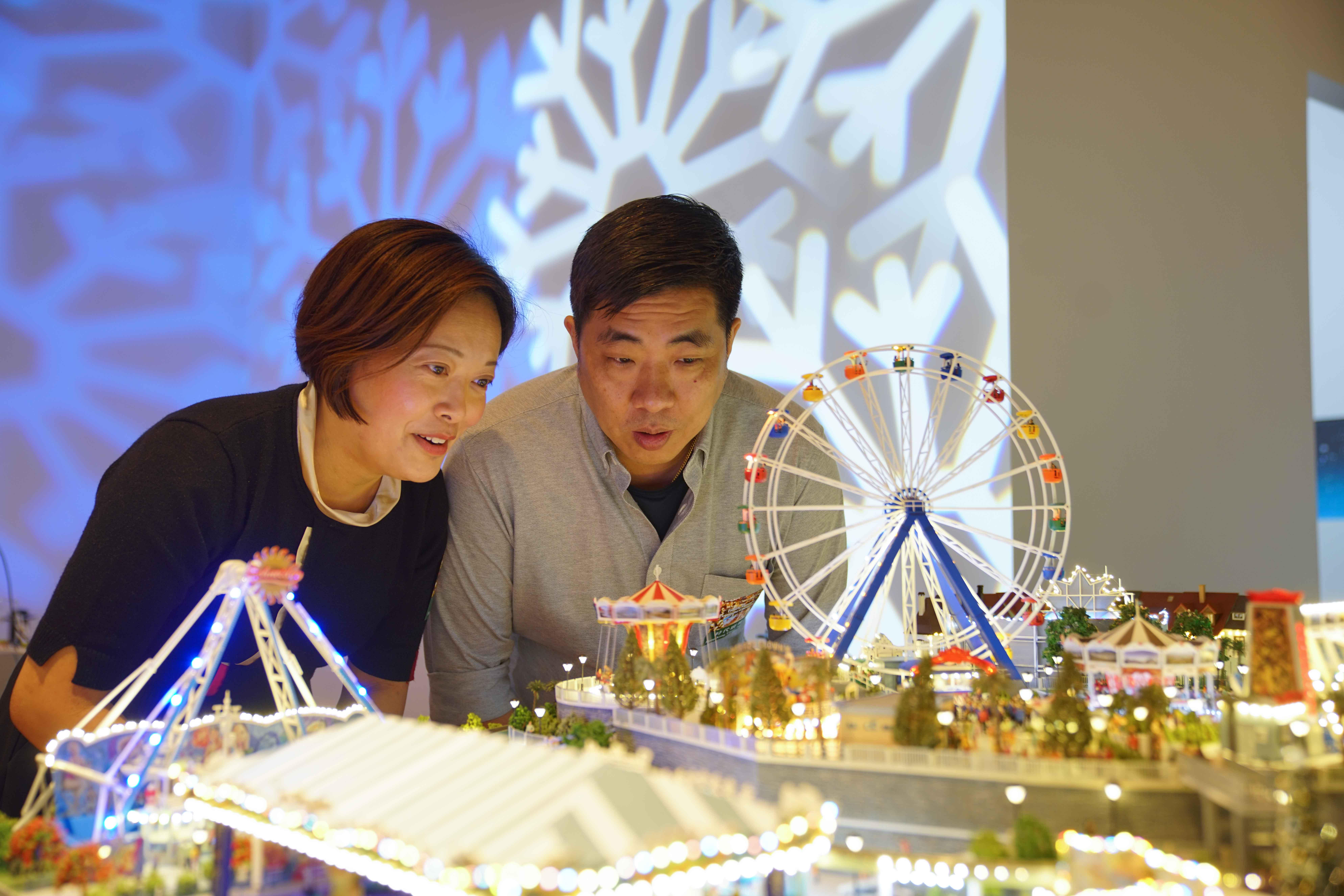 微型藝術家陳慧姬(左)與黎熾明