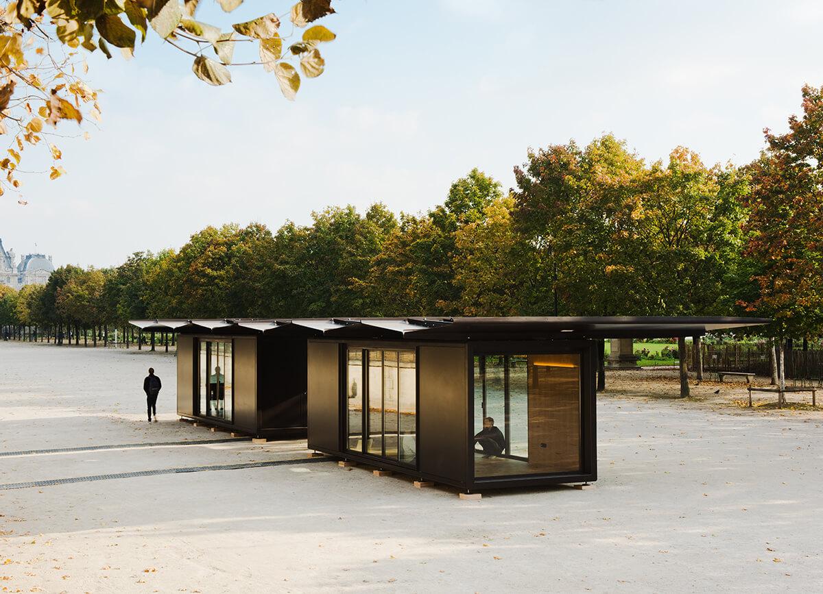 兩兄弟曾為巴黎羅浮宮外的社區公園設計這家小屋,屋頂可以摺起,陰晴適用。