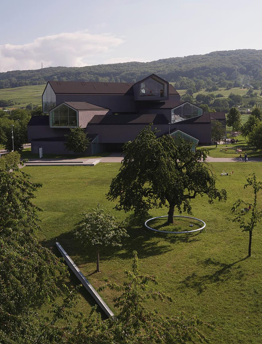 德國的Vitra Campus採用了繞樹而建的混凝土圓環和長水池,配合四周寧靜氣氛。