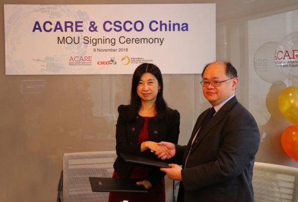 張寬耀醫生(右)和張小田教授(左)分別代表兩大機構簽訂合作意向書