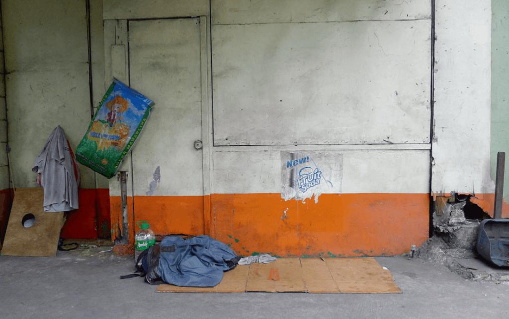 2018年11月30日,馬尼拉帕高的街頭瓦通紙皮「牀」和家當。(圖片由作者提供)