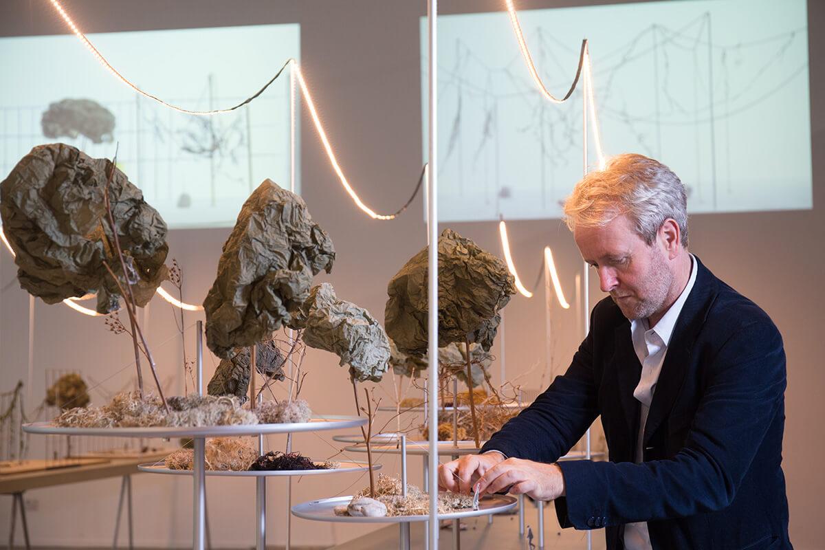展覽內的模型用上大量天然材料,包括石塊、藤蔓和枯枝。