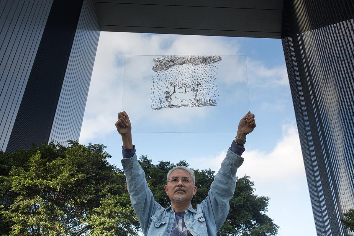 尊子於1978年在香港中文大學藝術系畢業,正是學運氣氛熾熱之時,懂得畫漫畫的他常幫學運刊物繪畫插畫,到了1980年加入《明報》工作了兩年,遇上漫畫家王司馬病逝,於是接下畫政治漫畫重任。一畫三十八年,尊子從未打算放棄,畫中人們舉傘為香港擋雨,證明他對未來仍心存希望。